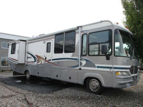 1999 THOR INDUSTRIES 3390  central kitchen with open floor plan covered sinks sofa and free sta